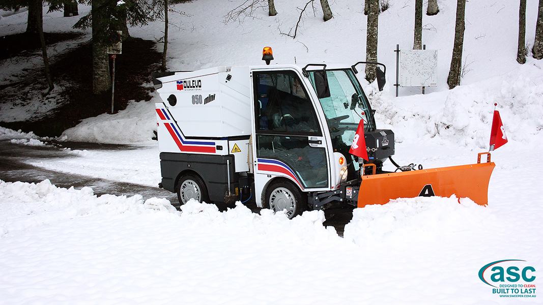 ASC DULEVO 850 sweeper with man 2